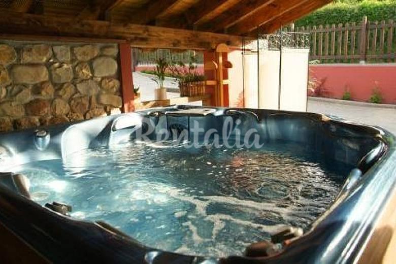 4 apartamentos rurales en cangas de on s con spa cangas for Jacuzzi exterior pequeno