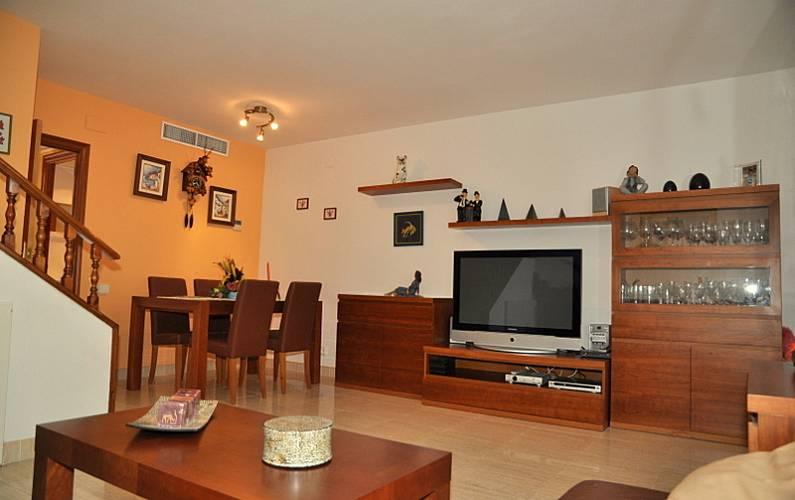 Casa para alugar a 750 m da praia roda de bar for Sala 0 tarragona
