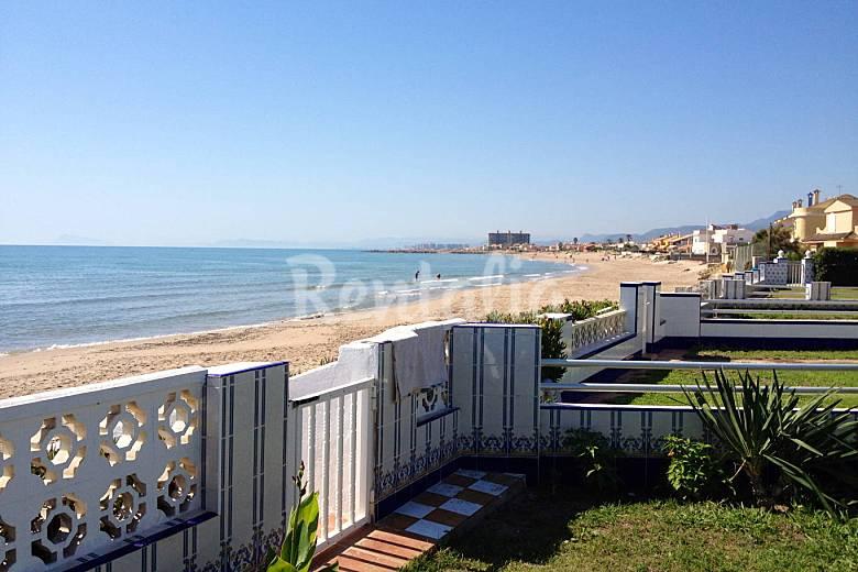 Casa de 3 habitaciones en primera l nea de playa cullera - La casa de madera valencia ...