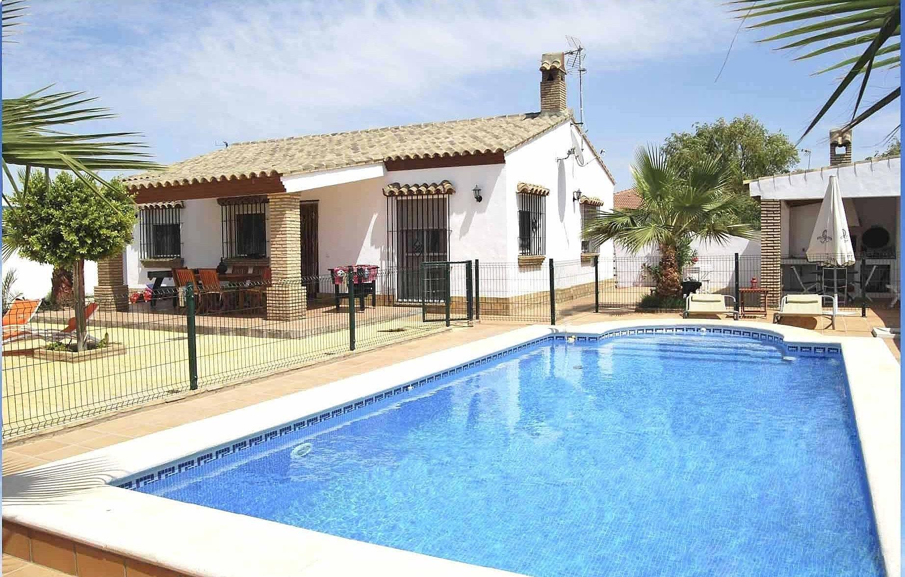 Casa de campo tipo chalet con piscina privada roche for Casas con piscina jerez de la frontera