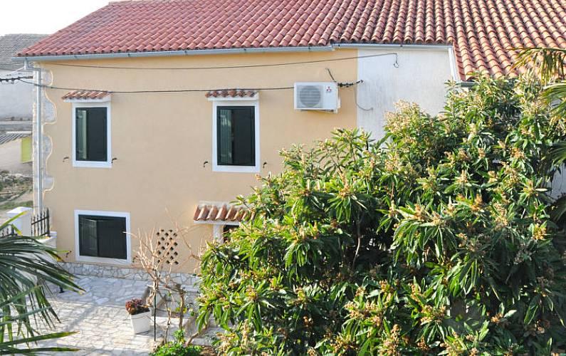 Casa in affitto a 1500 m dalla spiaggia rakalj marcana for Piani di bungalow di 1500 m