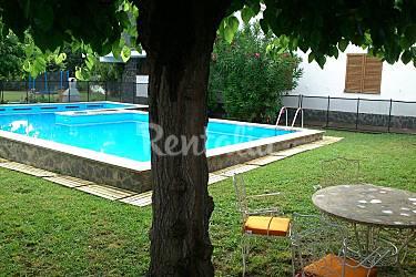 Casa con piscina privada y vallada jard n grande llora for Piscina jardin girona