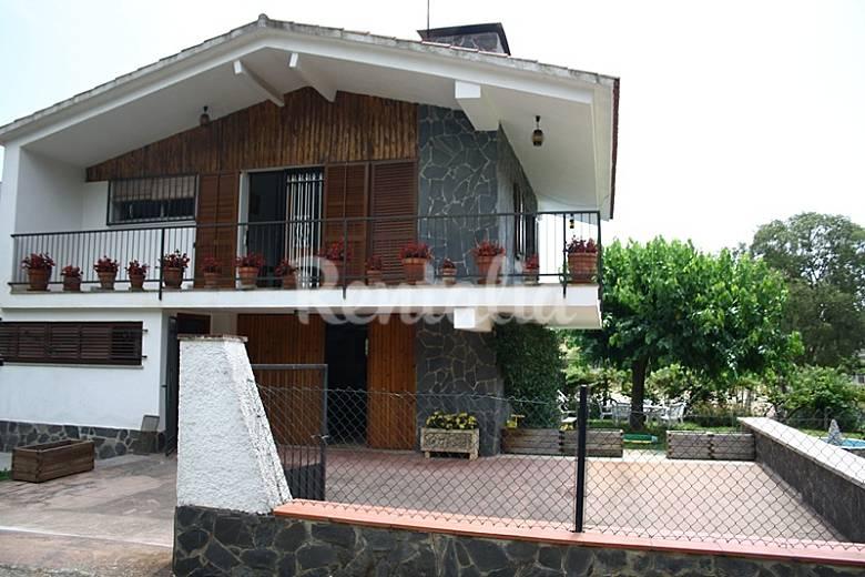 Casa con piscina privada y vallada jard n grande llora for Casa rural girona piscina