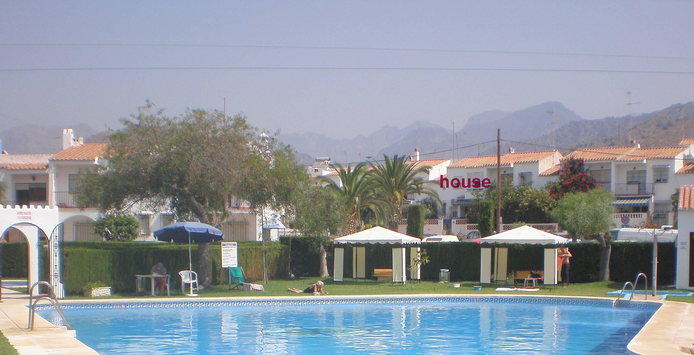 2 casas de estilo andaluz con 2 piscinas compartidas for Piscina publica malaga