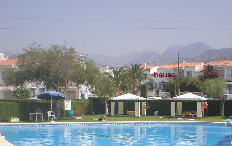 2 casas de estilo andaluz con 2 piscinas compartidas for Casas con piscina en malaga