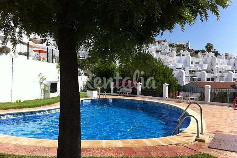 Casa en alquiler a 500 m de la playa benajarafe v lez for Piscina publica malaga