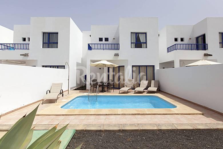 Villa con piscina pri sat wifi en marina rubicon playa for Villas en lanzarote con piscina privada