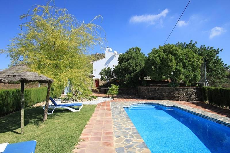 Finca en alquiler a 6 km de la playa con piscina cajiz for Piscina publica malaga