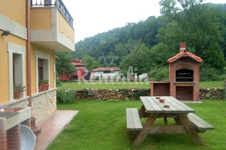 Casa de 4 habitaciones con jard n privado corao cangas for Casas para jardin de pvc