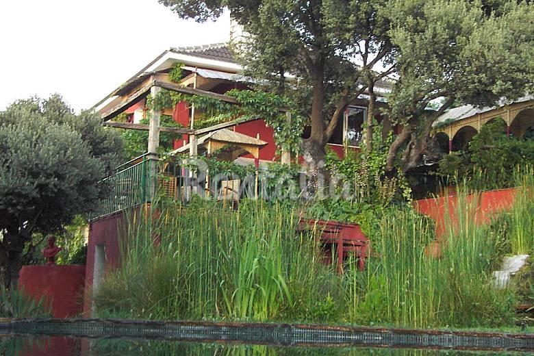 Casa singular de exuberante jardin oriental calalberche for Casa rural jardin oriental
