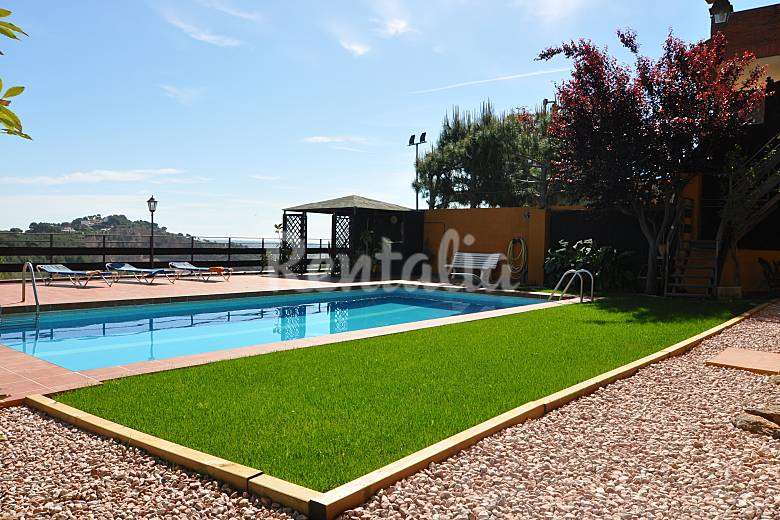 Casa en alquiler a 1000 m de la playa hutb 008317 for Casa alquiler barcelona jardin