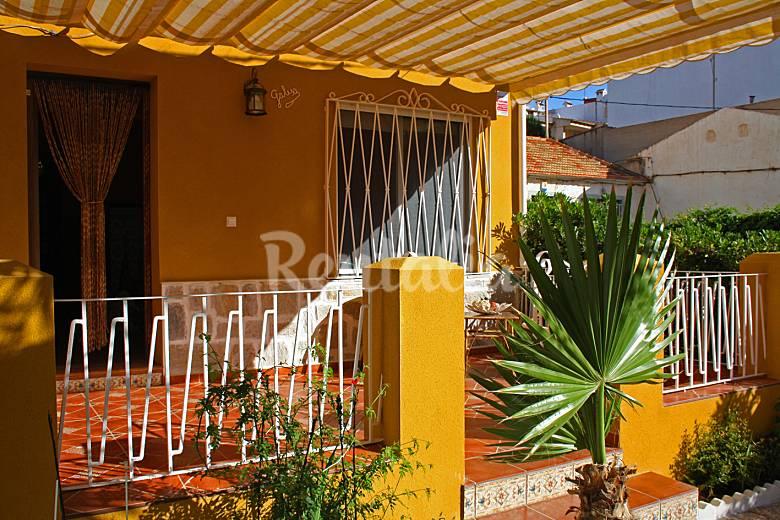 Casa en la playa con jardin casa galisa torrevieja for Casas con jardin y terraza