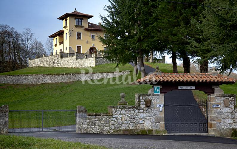 Casa en alquiler con jard n privado la robellada on s for Casa jardin asturias