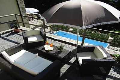 Rustico in collina con piscina vista mare. Lucca