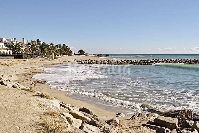 Apartamento para 4 personas a 100 m de la playa montroig for Apartamentos jardin playa larga tarragona