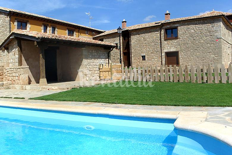 Conjunto de 7 casas rurales con piscina villalibado for Casas vacacionales con piscina