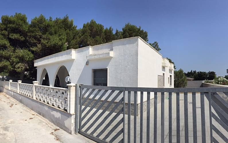 Illuminazione Esterni Taranto : Villa max 12 p.letto con pineta san pietro specchiarica manduria