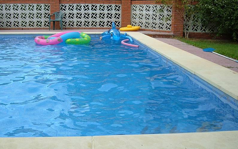 Villa de 6 habitaciones con piscina almod var del r o for Piscinas jardin cordoba