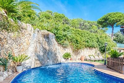 Villa Alba - Piscina de agua salada con cascada Girona/Gerona