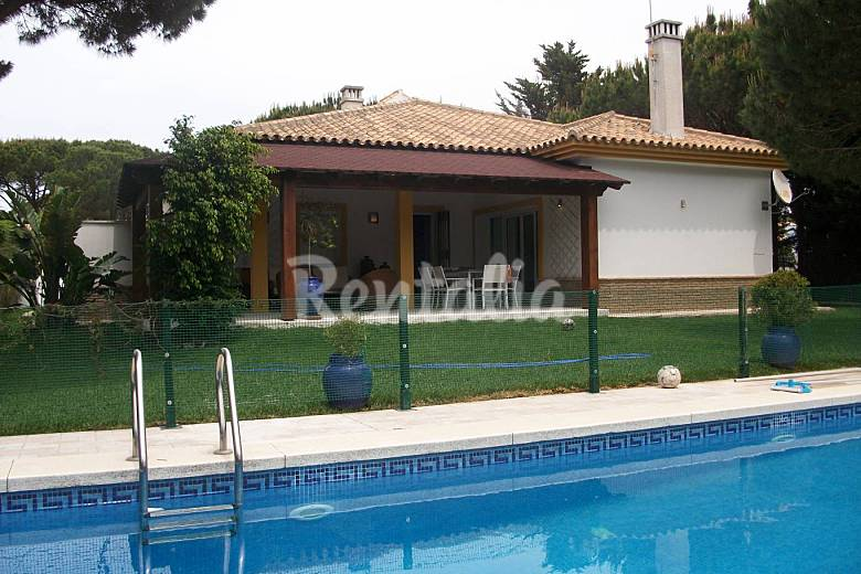 Precioso chalet con piscina privada y jardin roche for Casas con piscina privada en cadiz