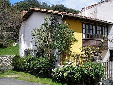 Casa en llanes celorio con terraza y jard n celorio for Casa jardin asturias