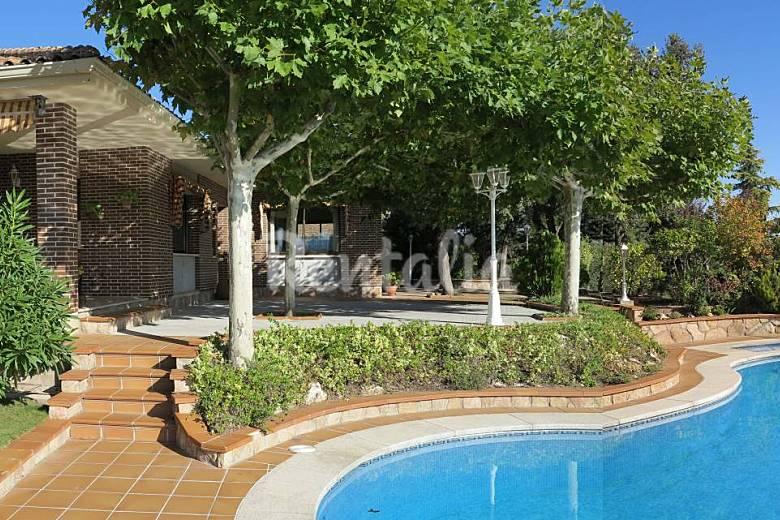 Chalet con jard n y piscina cerro alarcon valdemorillo for Jardines con piscina