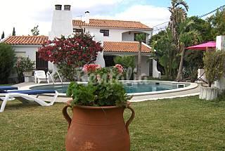 Vivenda junto à praia. Jardim e piscina privada. Setúbal