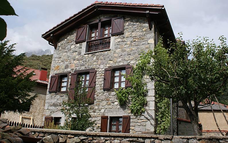 Casa Exterior del aloj. León Posada de Valdeón Casa en entorno rural - Exterior del aloj.