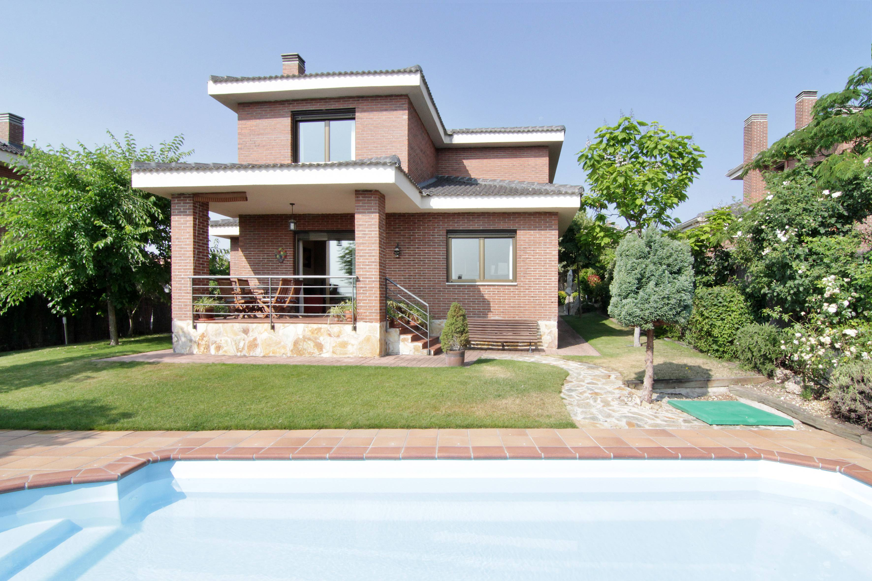 Chalet individual con piscina y jard n guadalix for Alquiler verano sierra madrid piscina