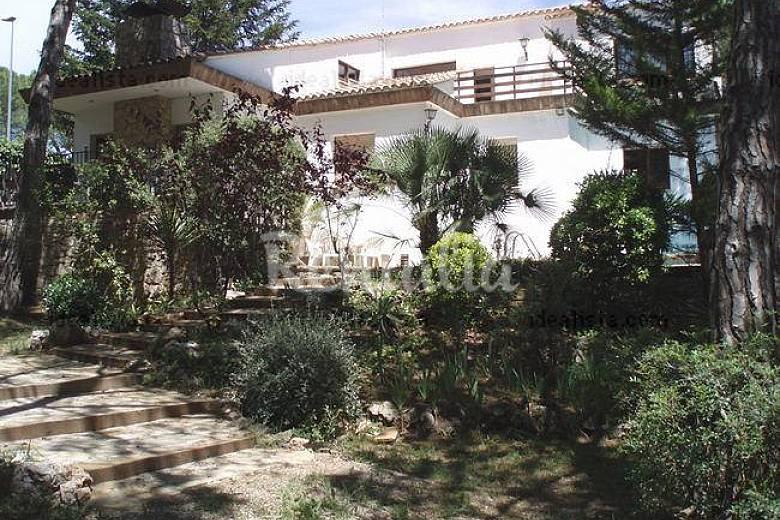 Chalet totalmente equipado con piscina naturaleza la for Casas con piscina barcelona alquiler