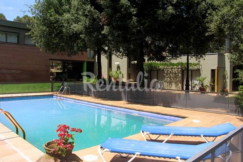 Costabravaforrent carrio casa con piscina jardin for Piscina jardin girona