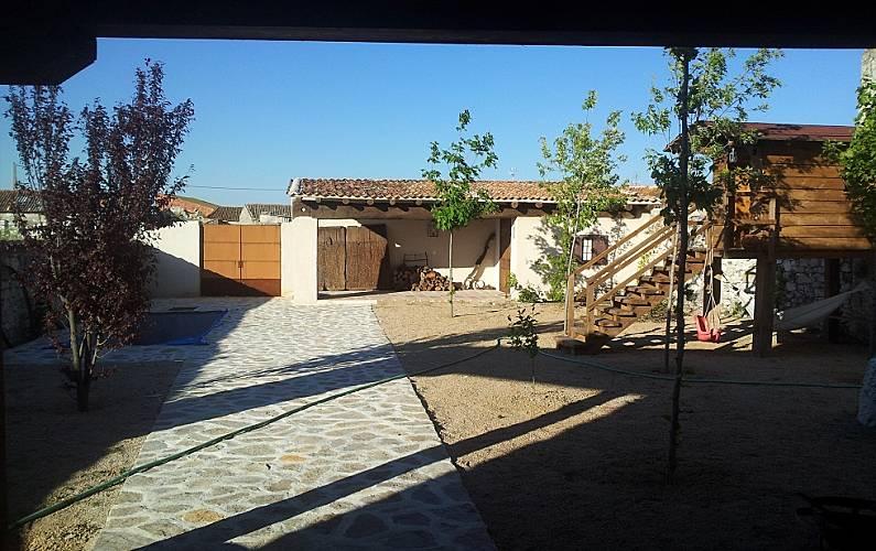 Casa en alquiler con piscina cozuelos de fuentidue a for Jardin 400m2