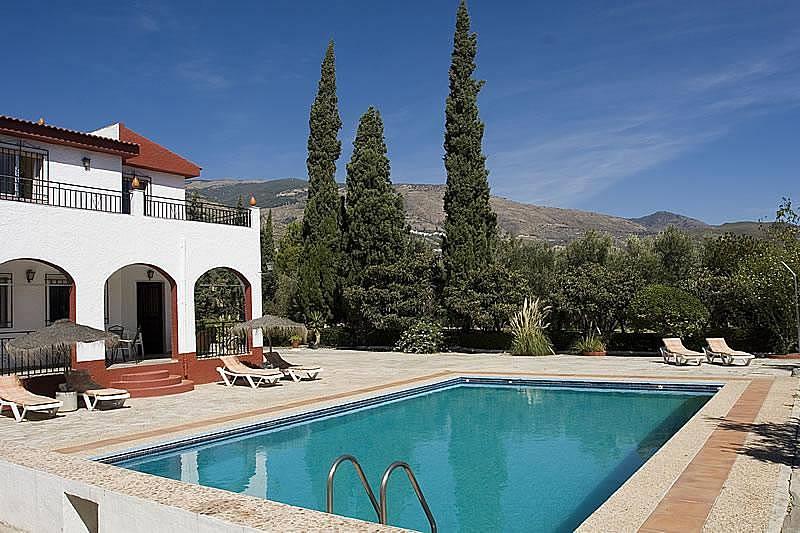 Casa con piscina privada y barbacoa rodeada de olivos for Piscina publica alhendin granada