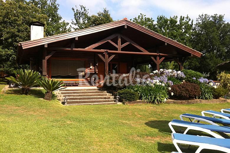 Preciosa casa de madera con piscina privada areas - Casas prefabricadas pontevedra ...