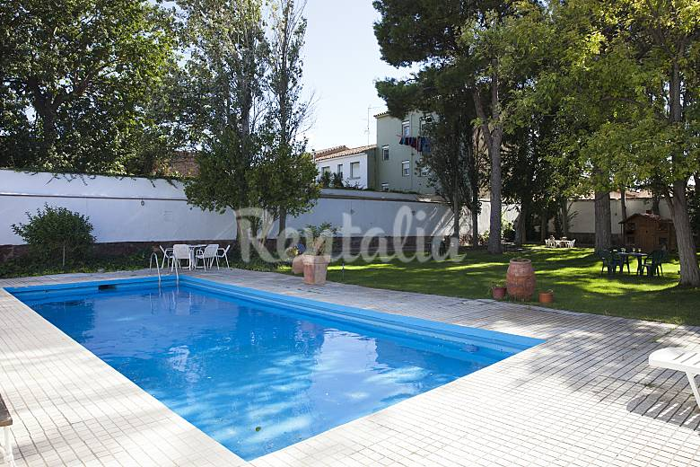 Casa se orial con gran jardin y piscina novillas zaragoza for Piscina publica zaragoza