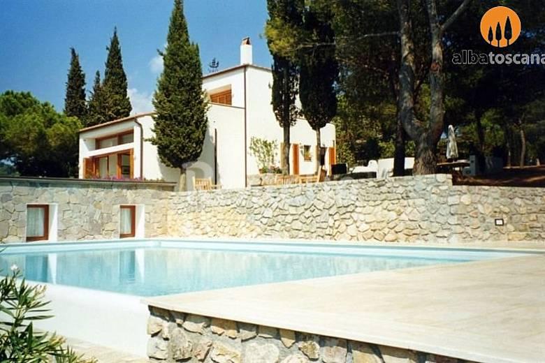 Villa con piscina a picco sul mare isola d 39 elba for Isola gonfiabile piscina