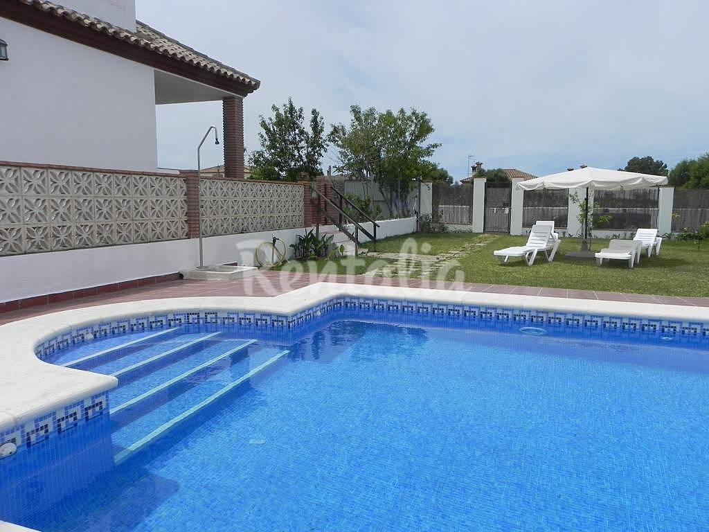 Casa paqui con piscina privada en conil conil de la for Piscina cadiz