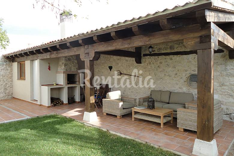 Casa en alquiler con jard n privado adrados segovia for Barbacoas de piedra para jardin