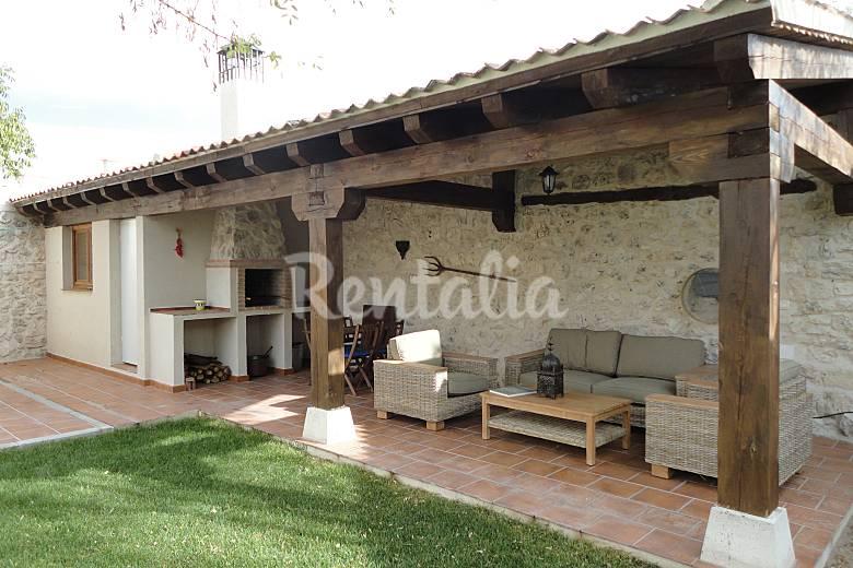 Casa en alquiler con jard n privado adrados segovia - Fotos de porches rusticos ...