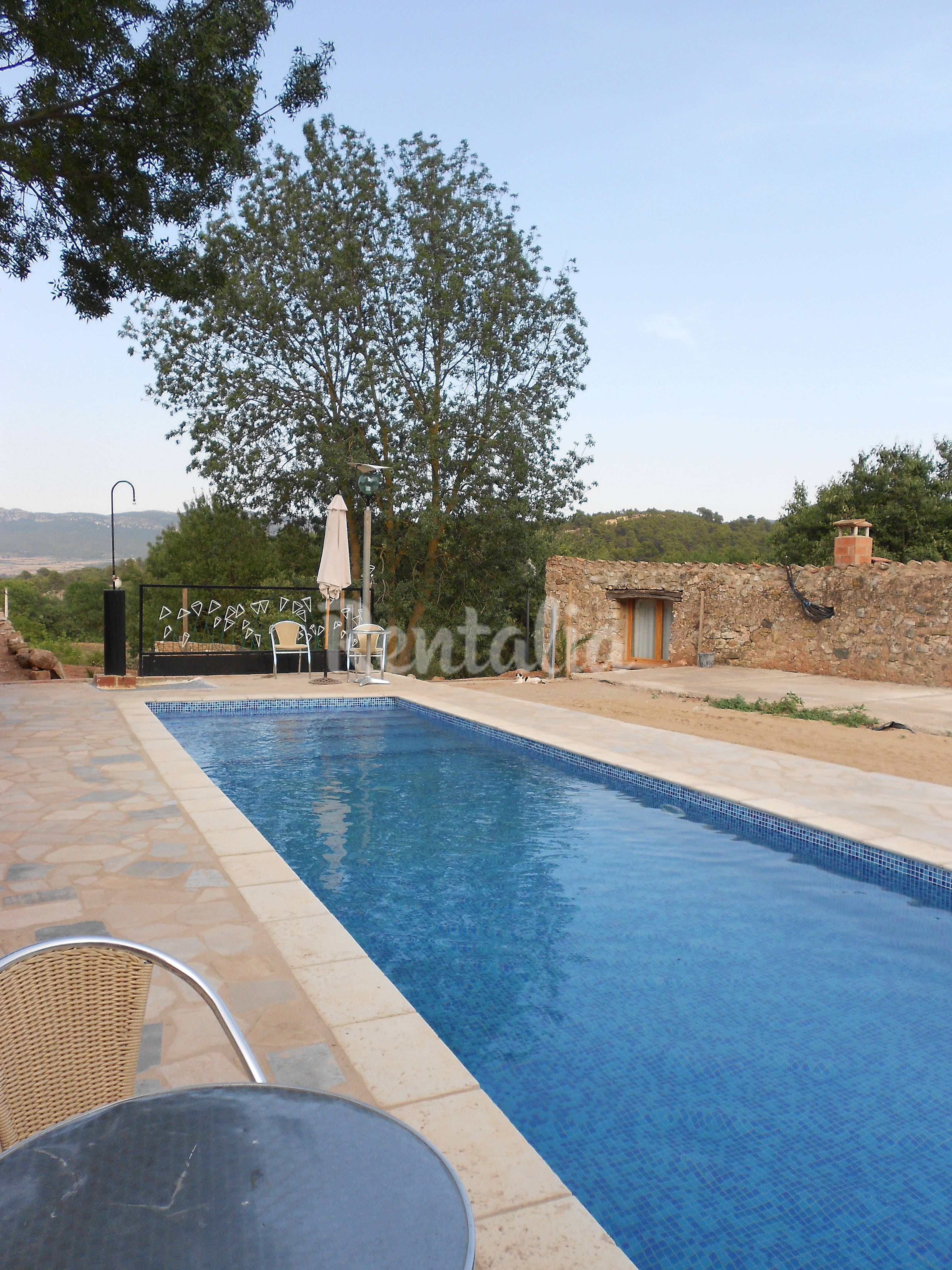 Apartamento de 2 habitaciones con piscina montblanc for Hoteles con piscina en tarragona
