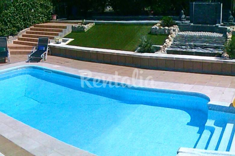 Villa con piscina privada barbacoa y jardin segur de for Piscina privada
