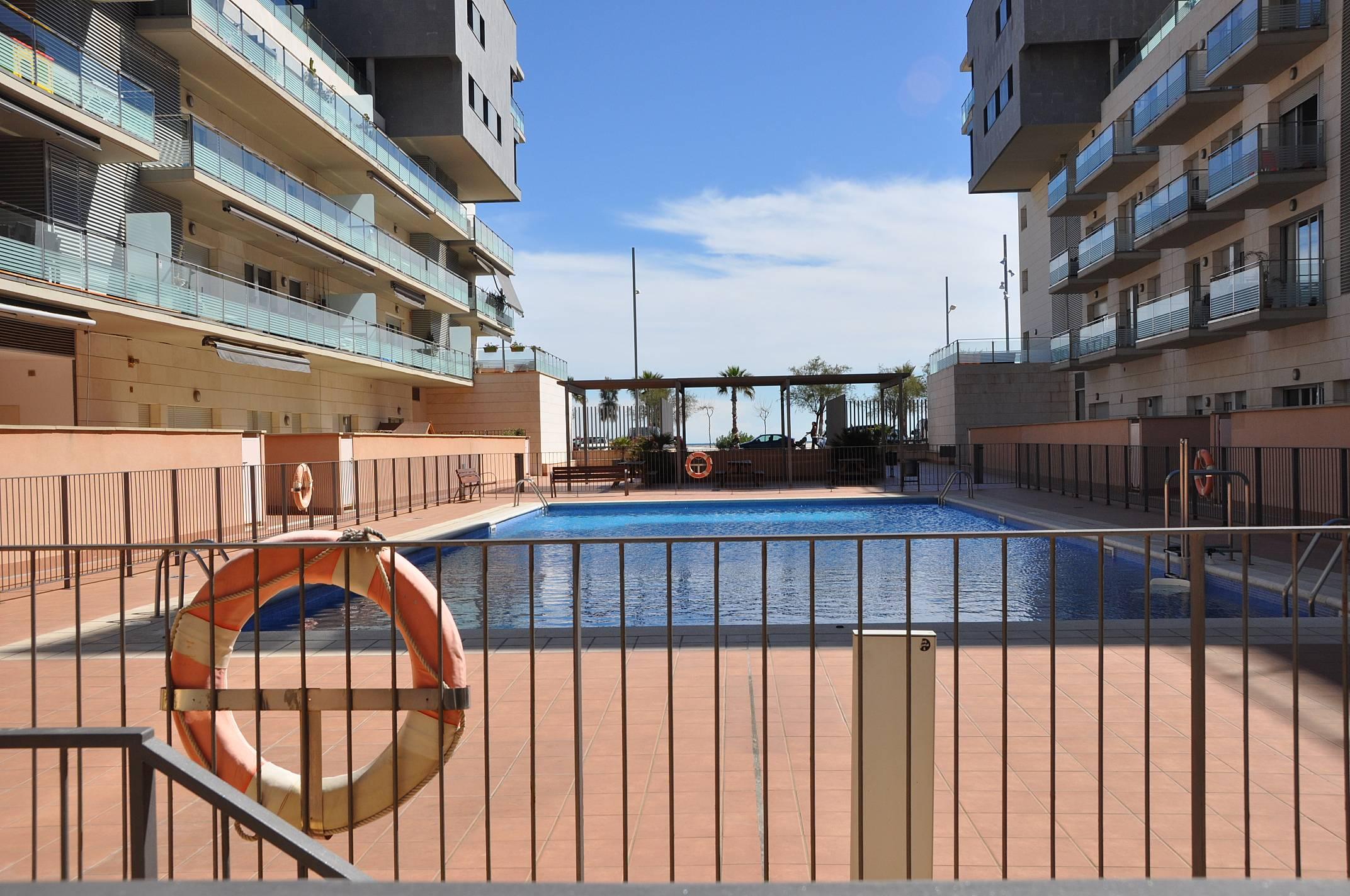 Apart en barcelona badalona con piscina y parking for Piscina publica barcelona