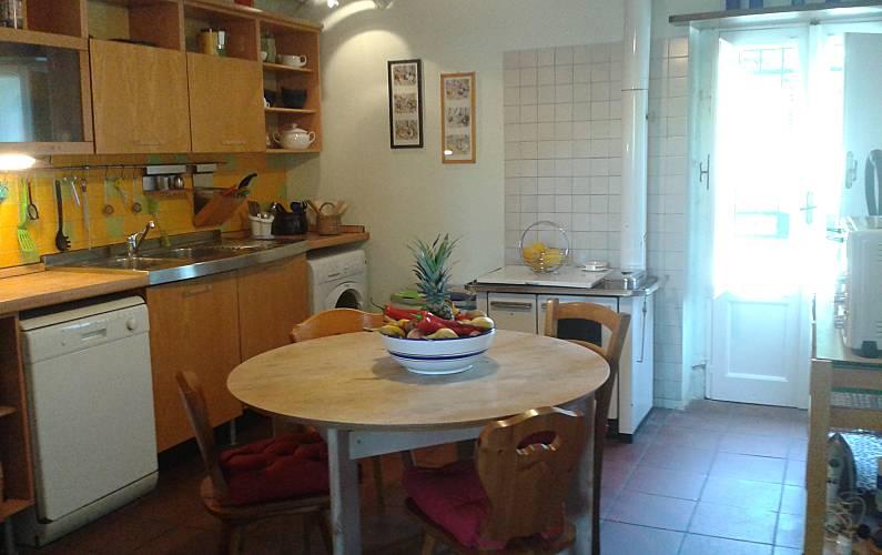 Etna casa rustica con giardino e piscina zafferana for Piani di casa con cucina esterna e piscina