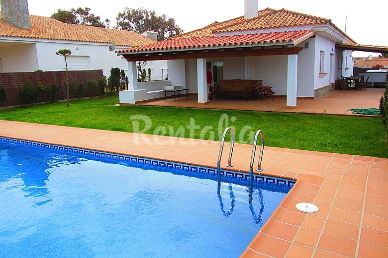 Chalet a 50 playa y piscina privada roche conil de for Piscina pueblo nuevo