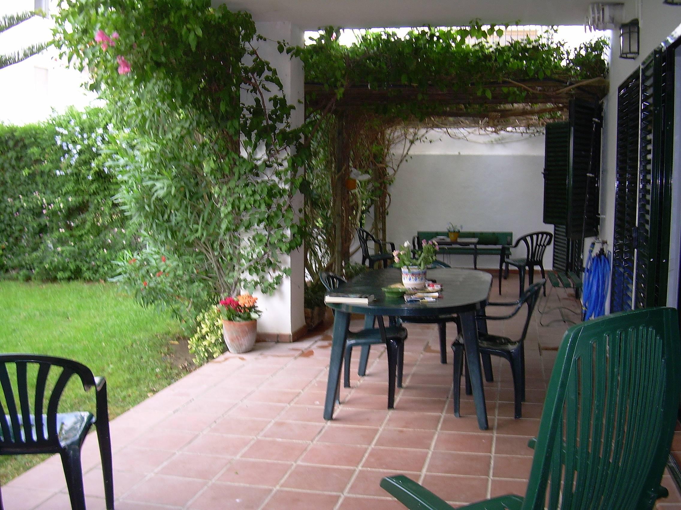 Apartamento con amplio jardin zahara de los atunes for Apartamentos jardines de zahara