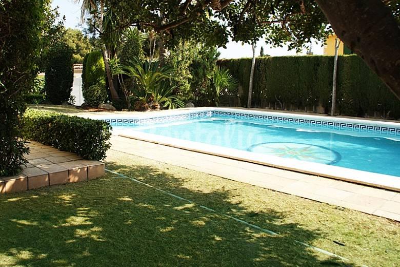 Villa en alquiler a 1 6 km de la playa el vendrell for Piscina el vendrell