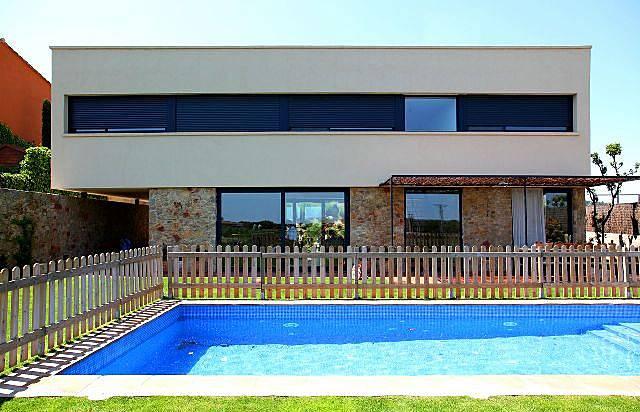 Costabravaforrent casavells piscina jard n bbq for Piscina jardin girona