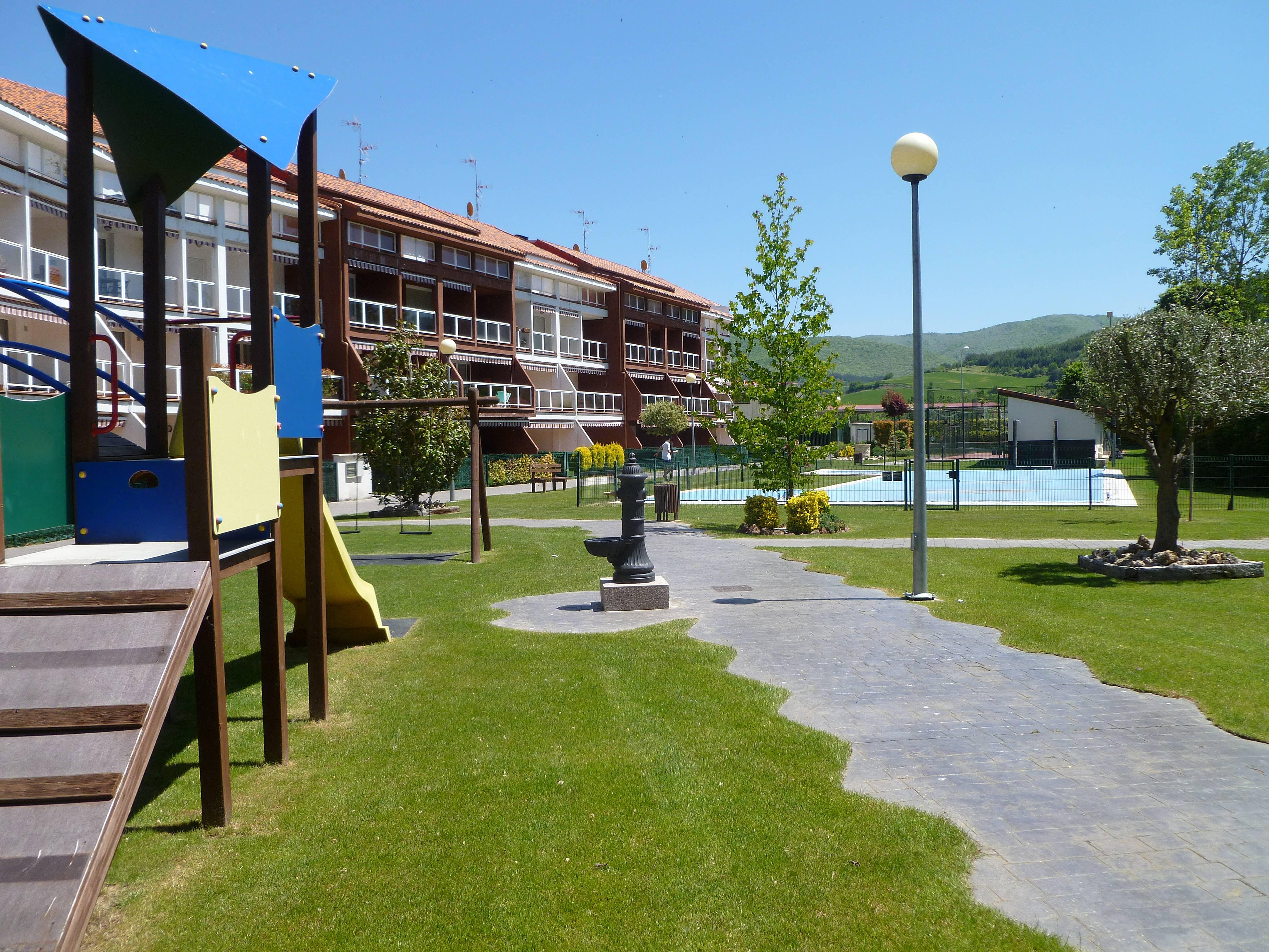 Casa con piscina y jardin en la rioja santurde de rioja rioja la - Jardines de azahar rioja ...