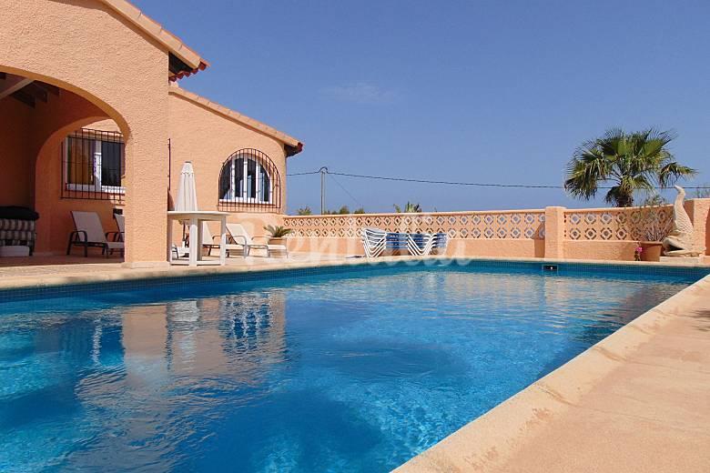 Villa chalet con piscina y vistas al mar en calpe calpe for Piscinas calpe