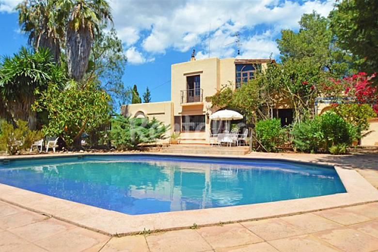 Casa ibicenca junto al mar punta blanca santa eulalia for Hoteles junto al mar
